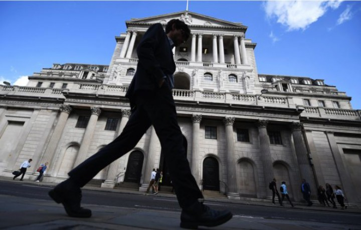 Un viandante pasa ante la sede del Banco de Inglaterra en Londres. Foto: EFE
